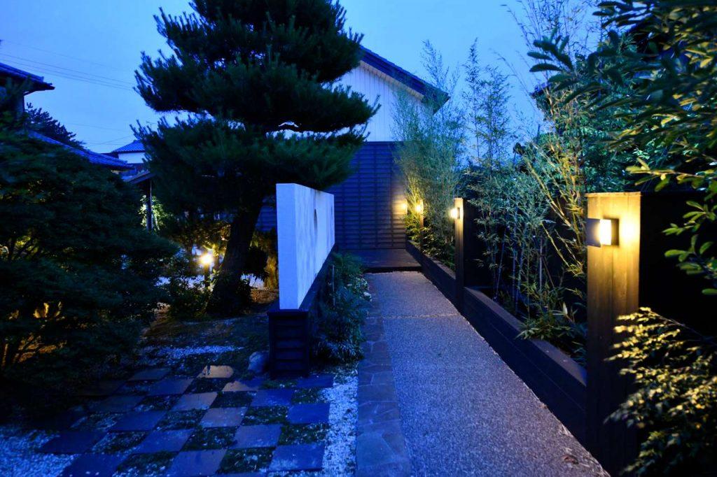 和風庭園の夜景